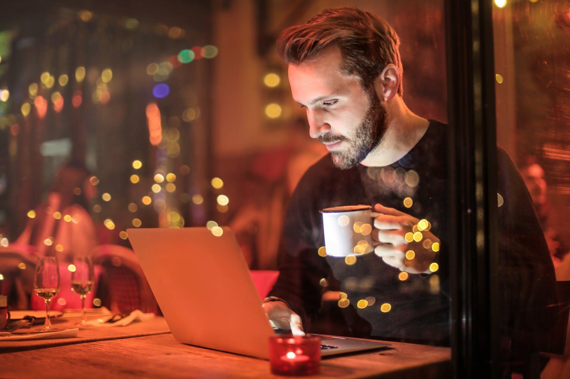 Mężczyzna pracujący do późna