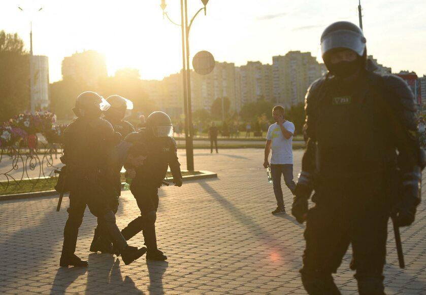 Funkcjonariusze tłumiący protesty w Mińsku