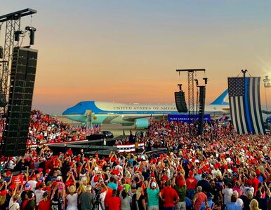 Trump rzucał w wyborców maseczkami. Tłumy na pierwszym wiecu po...