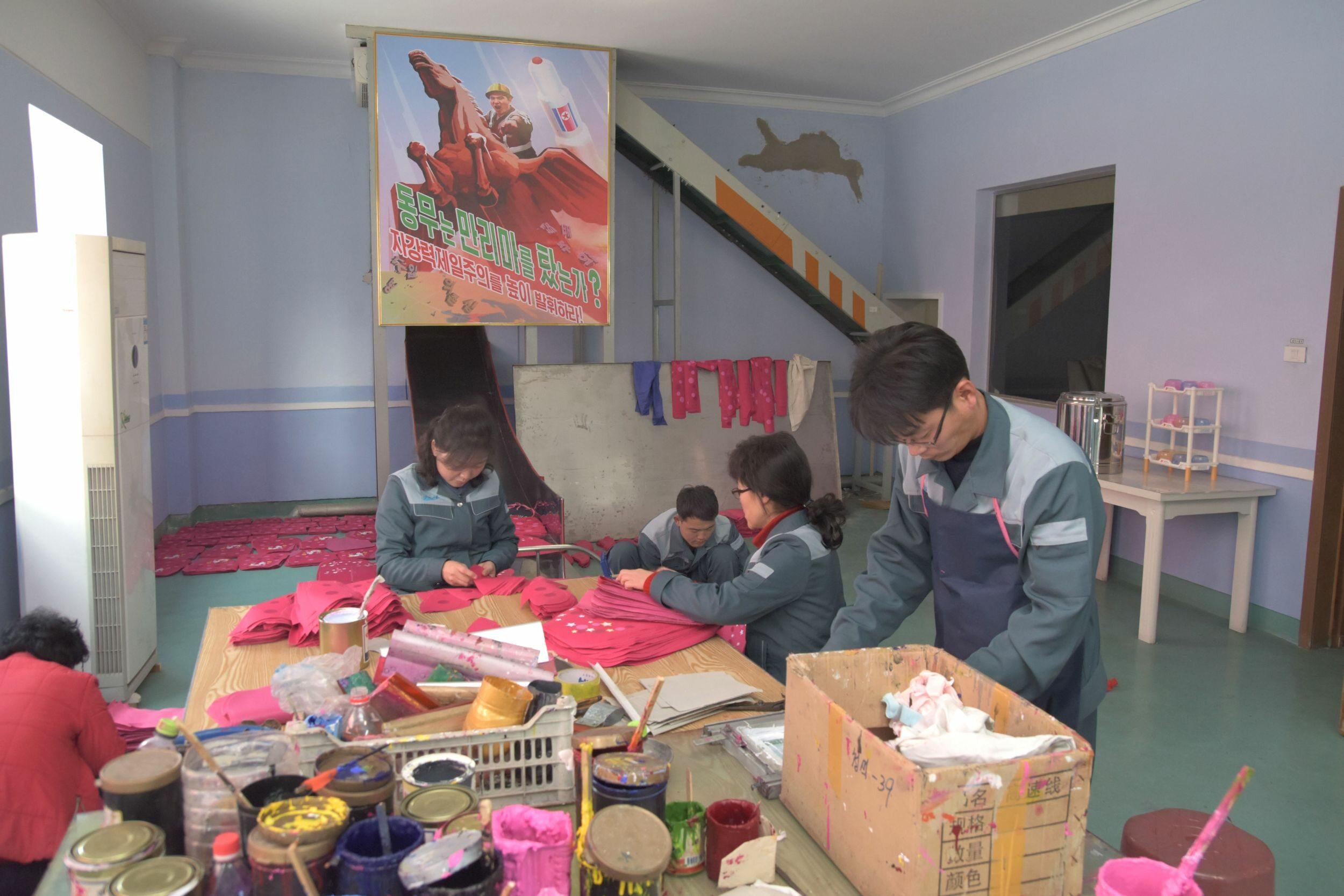 Robotnicy w fabryce toreb i plecaków