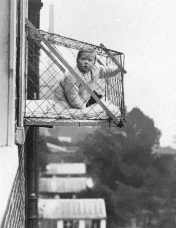Klatki dla niemowląt. Dzieci mieszkające w bloku miały w ten sposób otrzymywać wystarczającą ilość światła słonecznego, 1937 (fot. boredpanda.com)