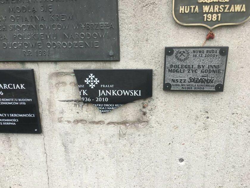 Potłuczona tablica upamiętniająca ks. Jankowskiego