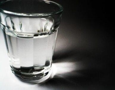 Wypadek w Warszawie: kierowca wyszedł z auta i... wypił pół litra wódki