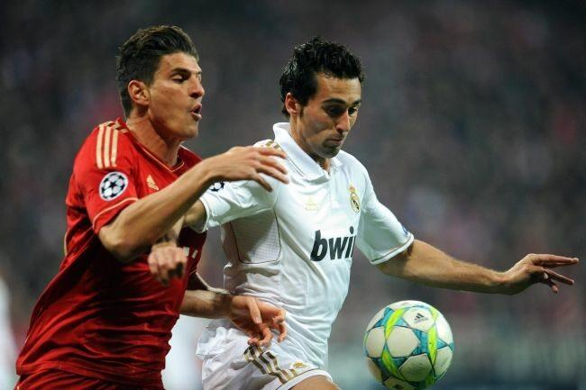 Mario Gomez walczy o piłkę z Alvaro Arbeloą (fot. EPA/ANDREAS GEBERT/PAP)