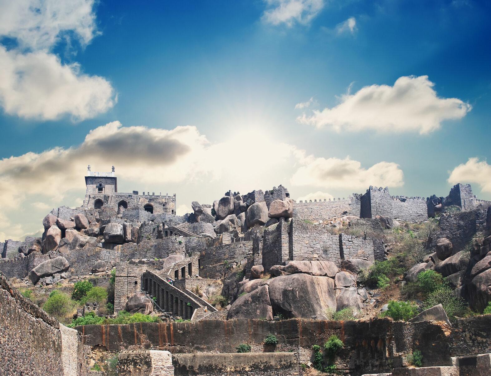 Golkonda, Indie XVI-wieczny zamek przez lata był siedzibą dynastii Qutb Shahi. Popadł w ruinę w 1687 roku po długim oblężeniu i znacznych zniszczeniach.