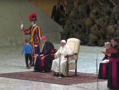 Mały chłopiec zakłócił audiencję papieża. Co na to Franciszek?