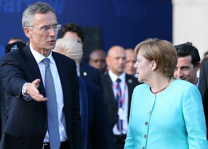 Angela Merkel i Jens Stoltenberg podczas szczytu NATO w Warszawie