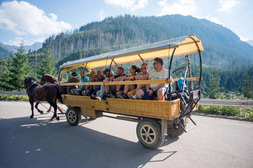 Turyści na drodze do Morskiego Oka
