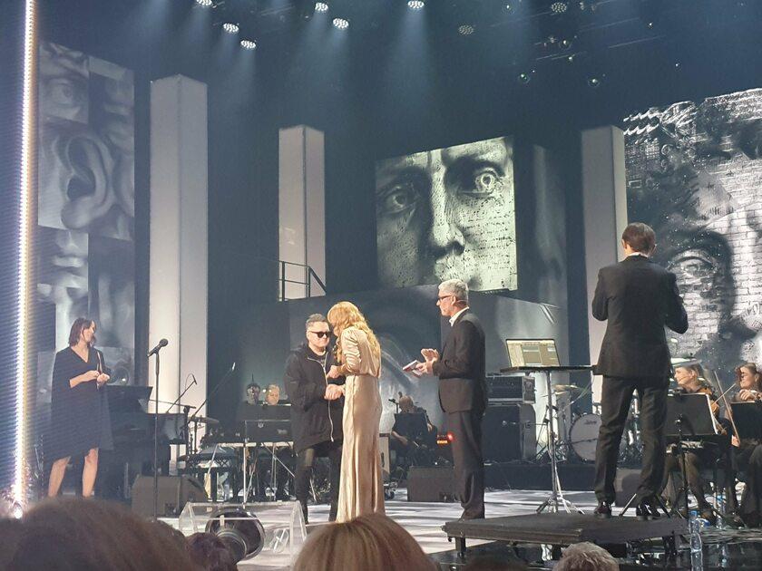"""Muniek Staszczyk odbiera nagrodę na koncercie """"Gintrowski..."""""""