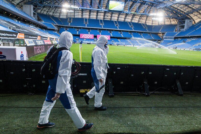 Odkażanie boisk Ekstraklasy tuż przed wznowieniem rozgrywek