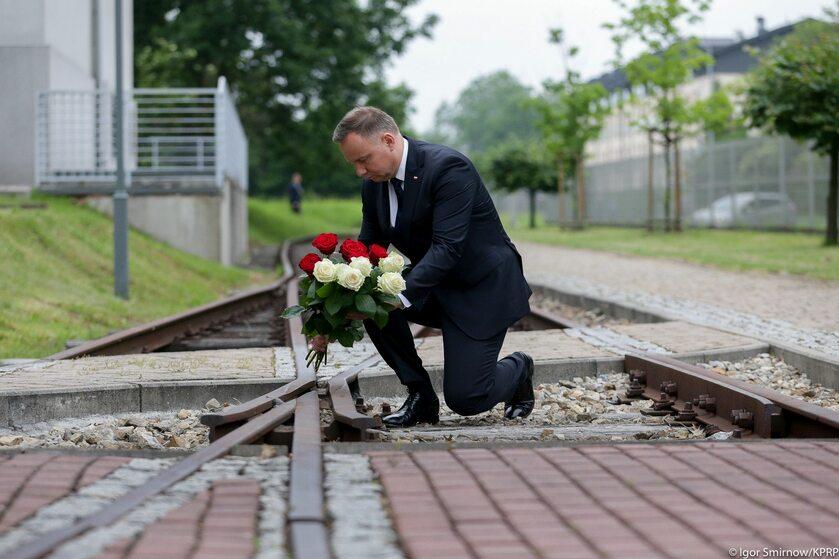 Prezydent Andrzej Duda oddał hołd pierwszym więźniom przywiezionym do KL Auschwitz
