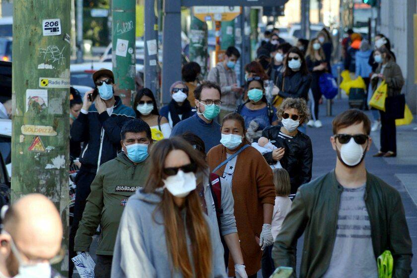 Mieszkańcy Mediolanu w kolejce do supermarketu