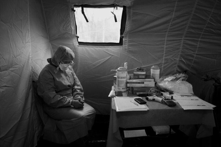 Lublin, kwiecień 2020 r. Pielęgniarka podczas dyżuru w polowej izbie przyjęć. Zdjęcie Jacka Szydłowskiego zostało nagrodzone Grand Press Photo 2020
