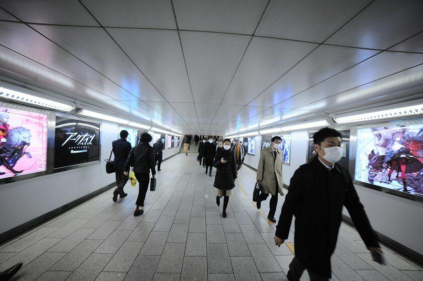 Tokio. Ludzie noszą maski w obawie przed koronawirusem
