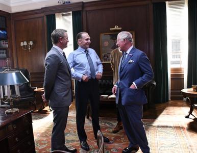 Książę Karol na planie filmu o Jamesie Bondzie