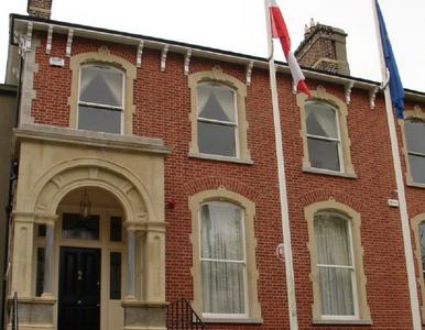 Atak na dom polskiego ambasadora w Irlandii. W stronę budynku poleciały...