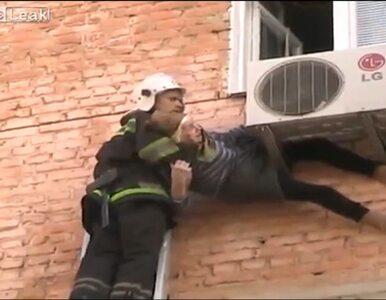 97-latka wypadła przez okno. Zawisła na klimatyzatorze