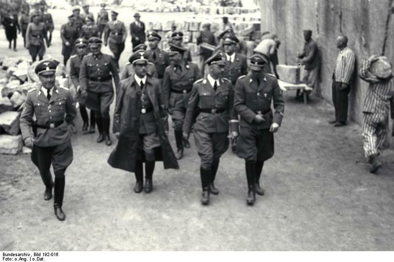 Wizyta Heinricha Himmlera w niemieckim nazistowskim obozie koncentracyjnym Mauthausen-Gusen w 1941 roku. W długim płaszczu ówczesny Gauleiter Karyntii Franz Kutschera