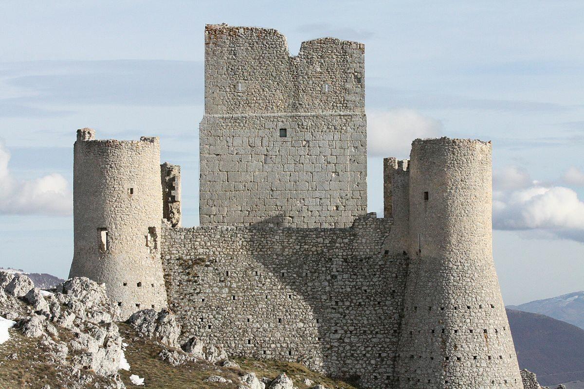 Rocca Calascio, Włochy Najwyższa twierdza w Apeninach. Do naszych czasów zachowała się jej wyjątkowa baszta z X wieku. Co ciekawe, forteca ta nigdy nie widziała bitwy. Została zniszczona przez trzęsienie ziemi w XV wieku.