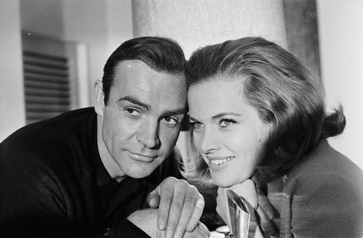 "Sean Connery i Honor Blackman na planie filmu ""Goldfinger"" (1964)"