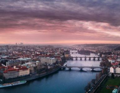 Mieli promować Polskę, a na zdjęciu czeska Praga. Wpadek jest jednak więcej