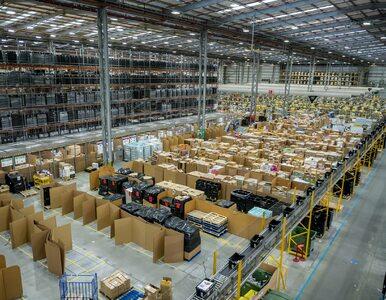Do czego służą opaski na nadgarstkach pracowników Amazona? Firma wydała...