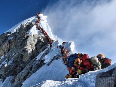 """Kilkaset osób w """"strefie śmierci"""" pod Mount Everestem. Dwoje wspinaczy..."""