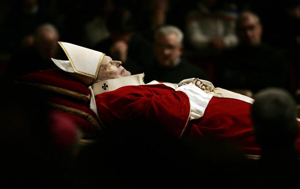 Ciało Jana Pawła II tuz przed pogrzebem w 2005 roku
